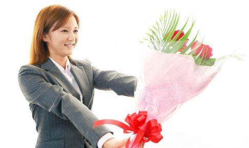 退職祝いには「花束」を。相場や贈り方のマナーについて解説